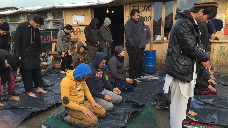 El campamento tenía cuatro mezquitas, dos de ellas fueron destruidas y las otras dos están en la zona sur del campo. Varios refugiados rezan en la calle, con bolsas de plástico que los protege del barro.   Foto: LUNA GÁMEZ.