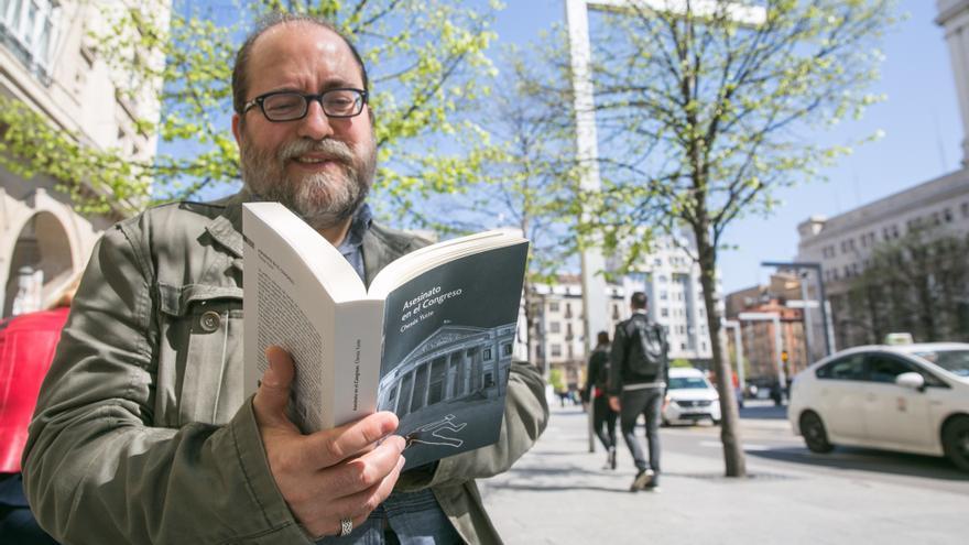 Chesús Yuste con su última novela, Asesinato en el Congreso
