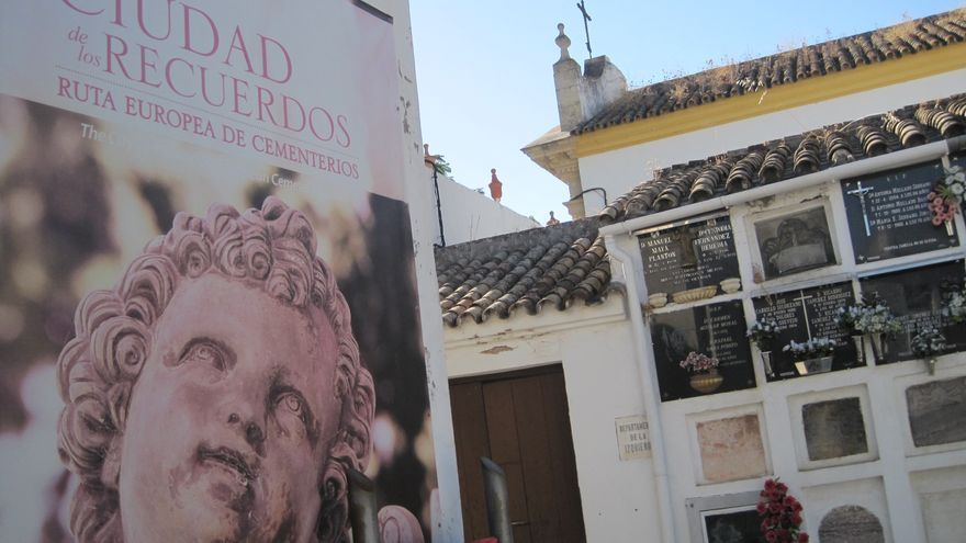Cartel de la visita a la Ruta de Los Recuerdos, en el Cementerio de La Salud, en Córdoba.