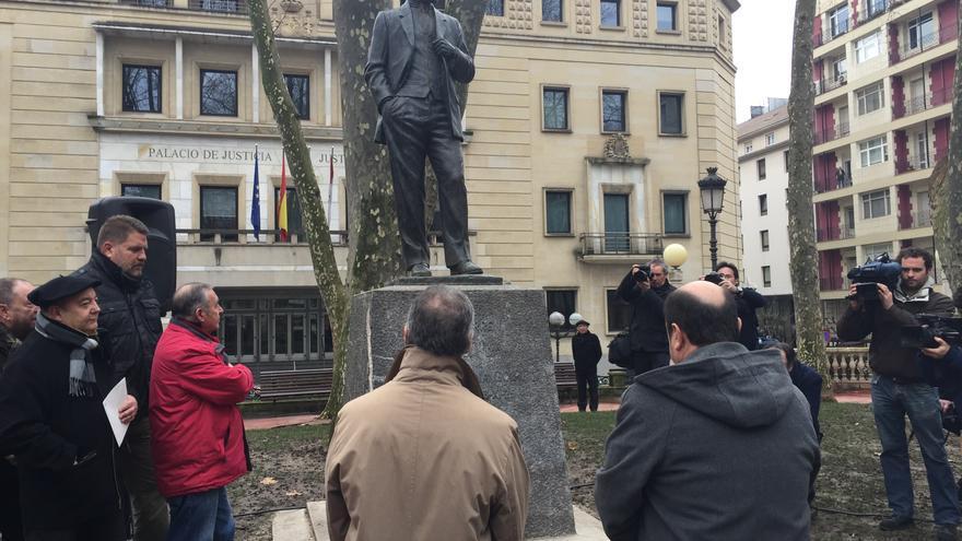 Urkullu y Ortuzar, ante la estatua del fundador del PNV, Sabino Arana.