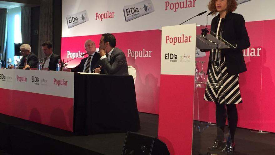 Meritxell Batet junto a Antonio Miguel Méndez Pozo (en la mesa, segundo por la derecha). / @PSOEdeSegovia