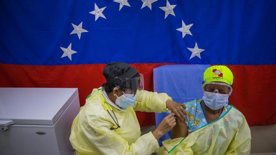 El 42 % de los médicos en Venezuela recibió vacuna anticovid, según una ONG