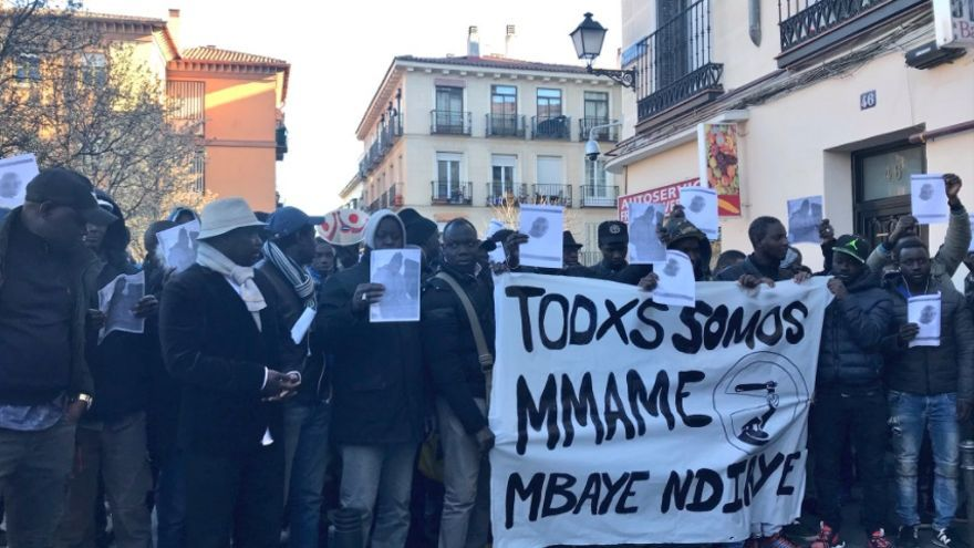 Un grupo de manifestantes, momentos antes de recorrer las calles de Lavapiés en memoria del mantero Mame Mbaye, fallecido el pasado jueves.