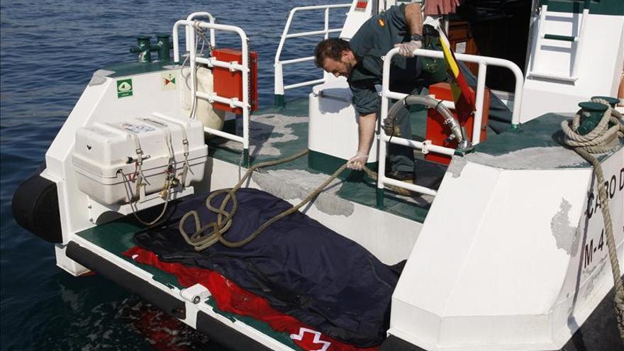 Rescatan un cadáver a 22 millas del puerto de Almería