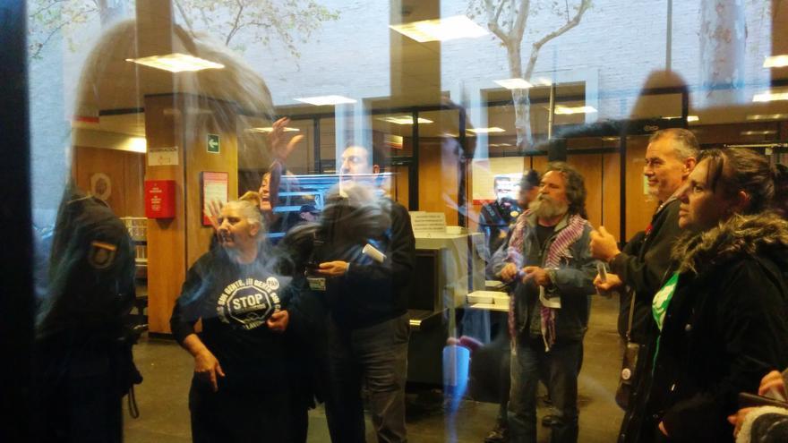 """El grupo de activistas que pudo acceder al edificio del Ivima grita """"que baje quien desahucia""""./ L.O."""