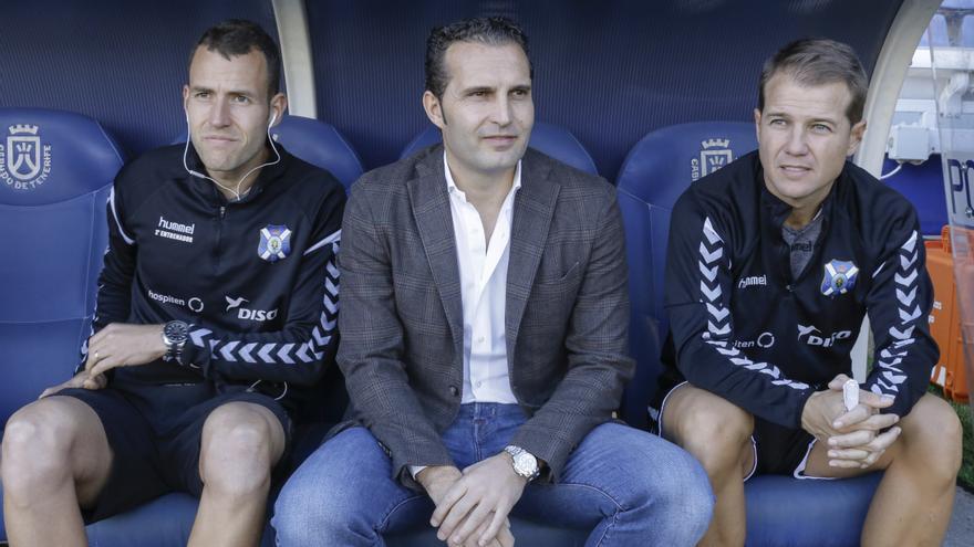 Rubén Baraja junto a sus ayudantes en el banquillo del Heliodoro.