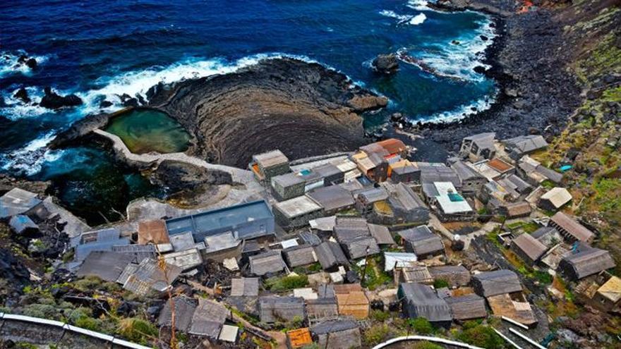 Poblado y playa del Pozo de las Calcosas, en El Hierro. VIAJAR AHORA