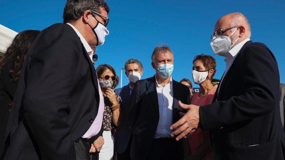 El ministro de Migraciones, José Luis Escrivá, el presidente del Gobierno de Canarias, Ángel Victor Torres, el Cabildo de Gran Canaria, Antonio Morales, y la alcaldesa de Mogán, Onalia Bueno.
