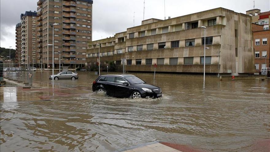 La Guardia Civil ayuda a vecinos de Frías (Burgos) a salir de sus casas inundadas
