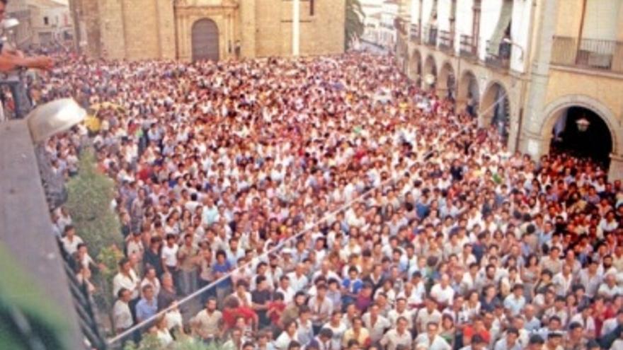Imagen de la plaza de Villanueva abarrotada, con motivo de la manifestación antinuclear