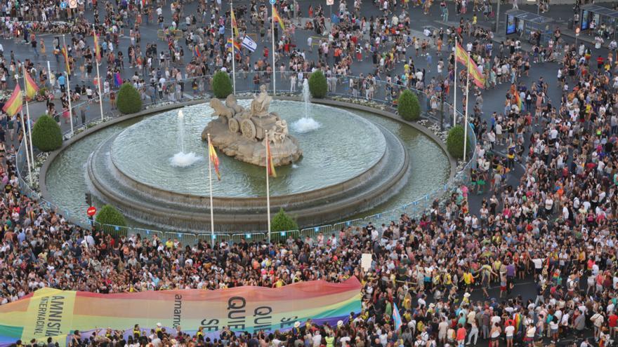 La fuente de Cibeles al paso de la manifestación del Orgullo LGTBI.