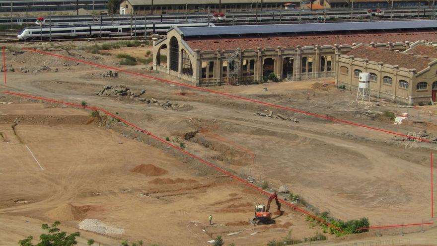 La parcela del Parque Central descontaminada marcada entre líneas rojas