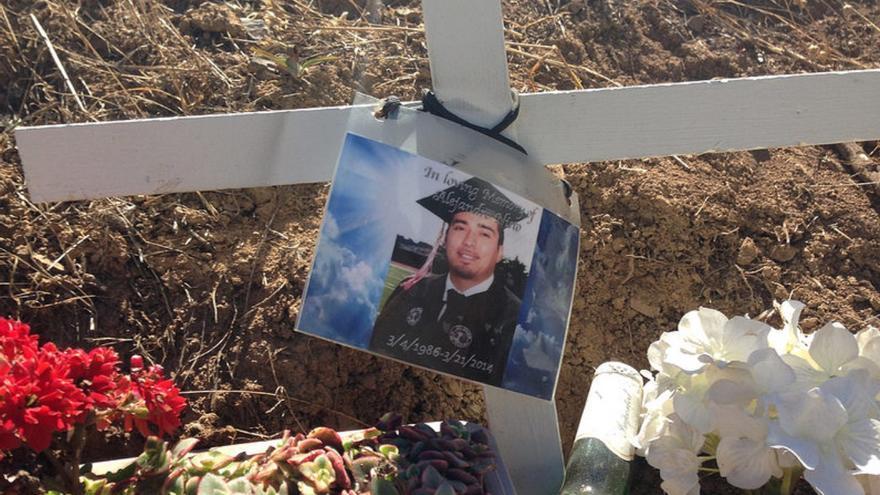 El altar que la familia y amigos de Alejandro Nieto han colocado en el lugar donde fue acribillado a balazos por la policía.