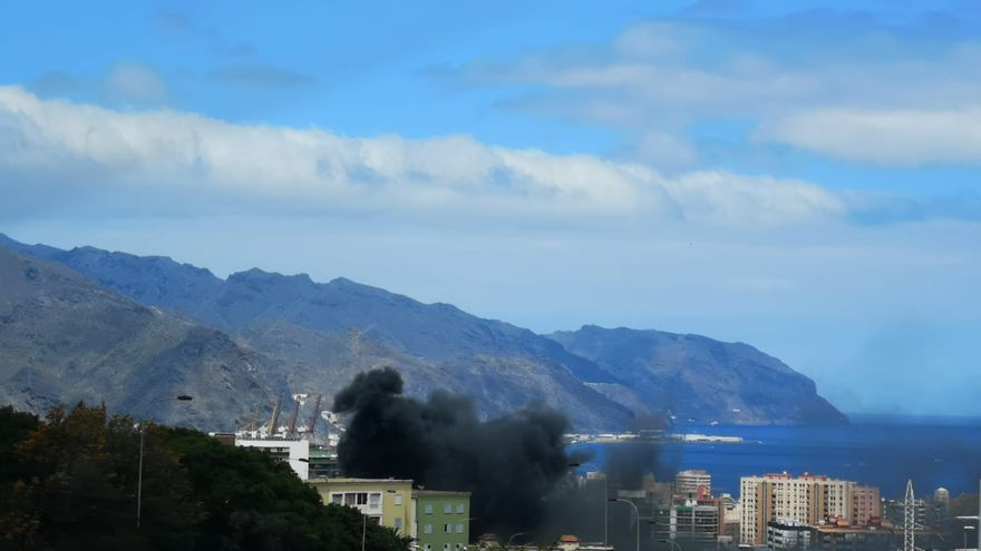 Columna de humo negro desde el acceso a la ciudad por la TF-5