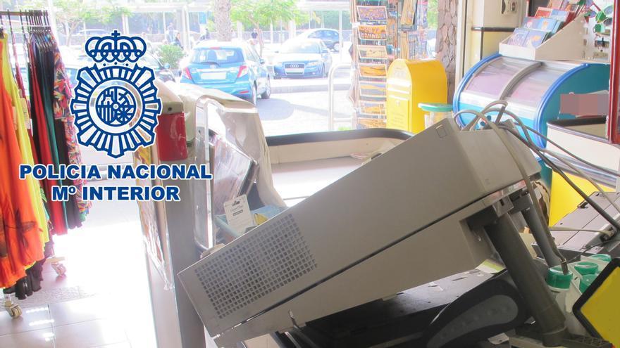 Detenidas tres personas por dos robos con violencia en supermercados del sur de Gran Canaria.