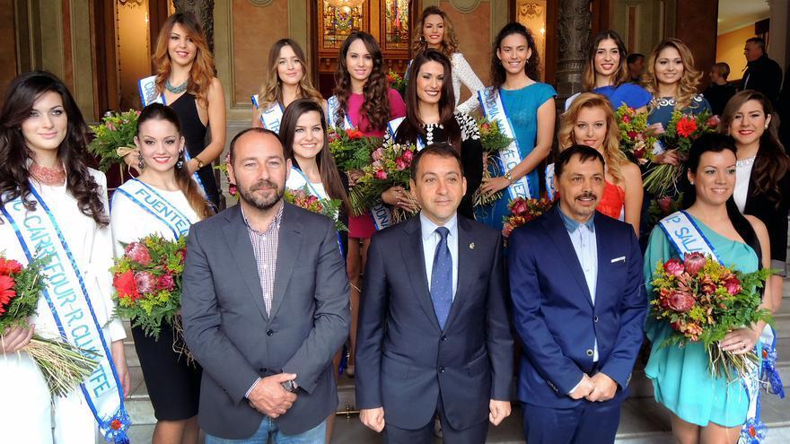 Las catorce candidatas a reina junto al alcalde, el concejal de Fiestas y el director de la gala.