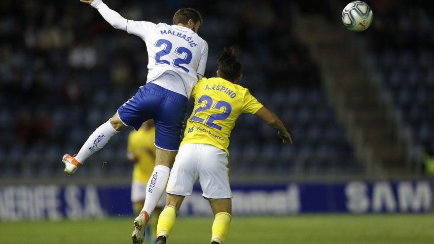 Malbasic punga por un balón durante el Tenerife-Cádiz del pasado domingo.