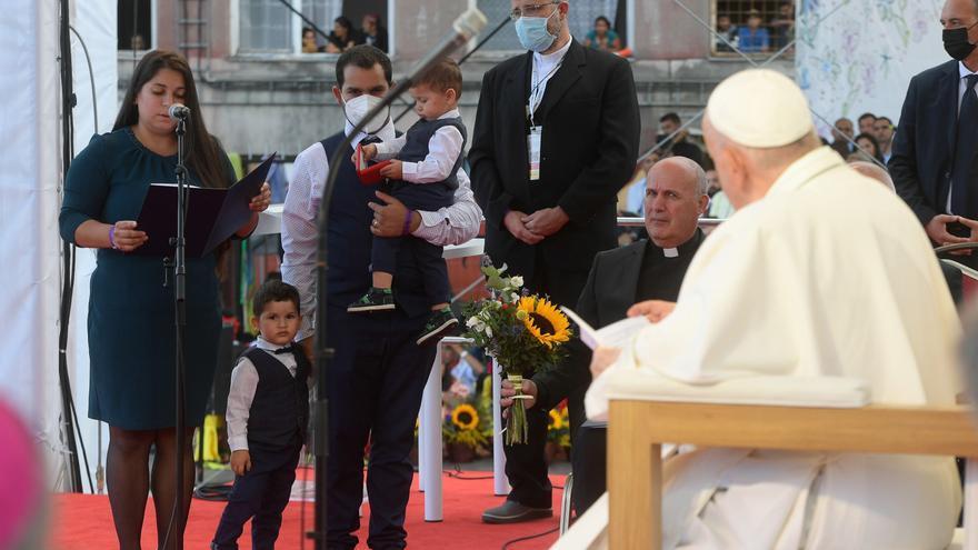 Miles de eslovacos gitanos saludan en romaní al papa Francisco