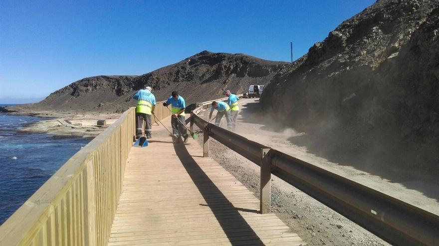 Los operarios municipales han procedido durante la semana a retirar las piedras de los accesos a El Confital.