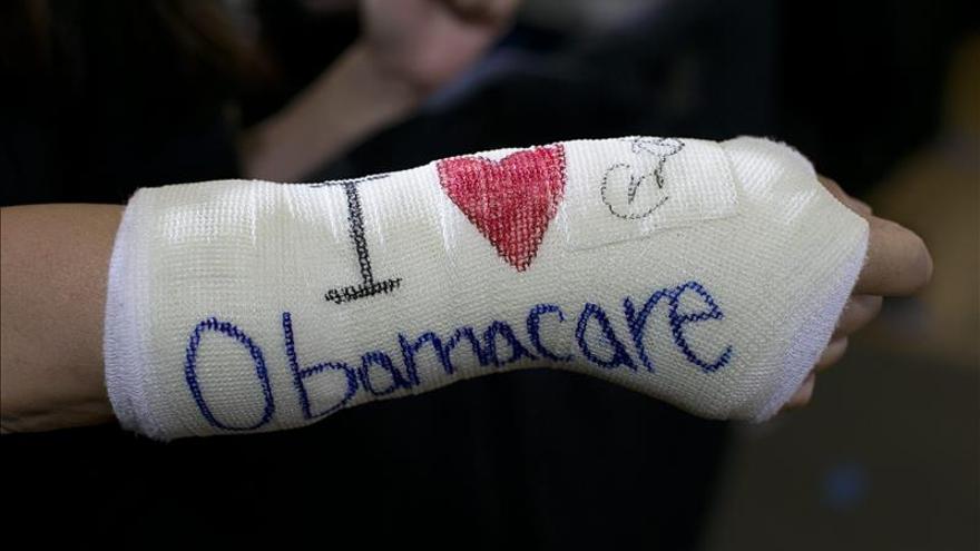 Donald Trump quiere debilitar el programa sanitario de Obama, conocido como Obamacare, para permitir a las empresas contratar seguros médicos más baratos para sus trabajadores.