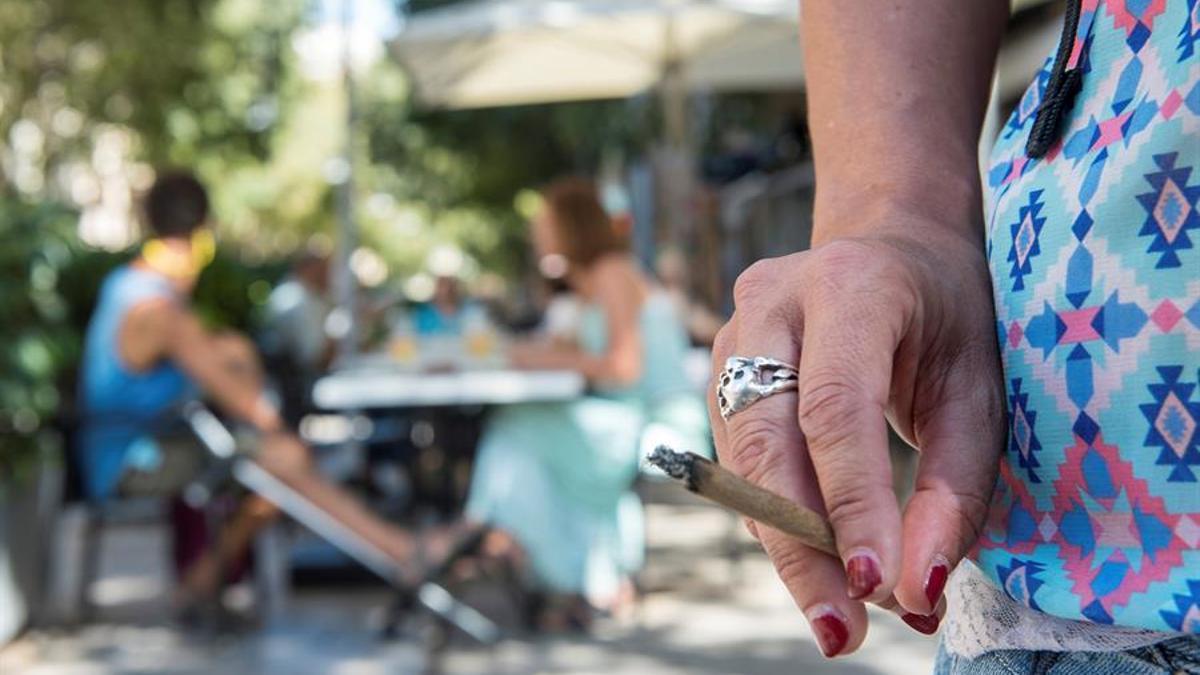 propone que se prohíba fumar en las terrazas aunque haya distancia de seguridad