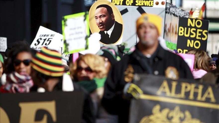 Varias personas participan en la 31º marcha anual en honor a Martin Luther King Jr. en Memphis