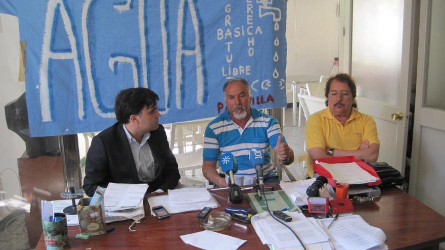 El abogado José Cosín junto a vecinos afectados por las reclamaciones de deuda de EMASA.