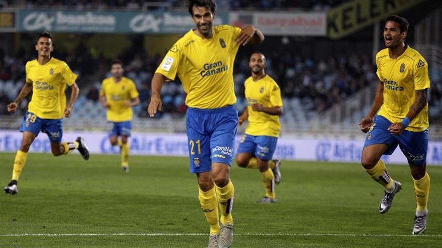 El centrocampista de Las Palmas Juán Carlos Valerón celebra el gol marcado ante la Real Sociedad, durante el encuentro de Copa del Rey disputado hoy entre ambos equipos en el estadio de Anoeta de San Sebastián (Guipúzcoa).