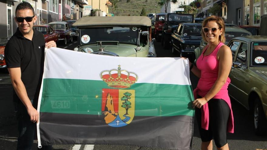 El clásico banderazo de salida corrió a cargo de la concejala de Servicios Sociales, Ángeles Nieves Fernández, y el expiloto Daniel Martín, ahora concejal de Deportes del Ayuntamiento pasense.