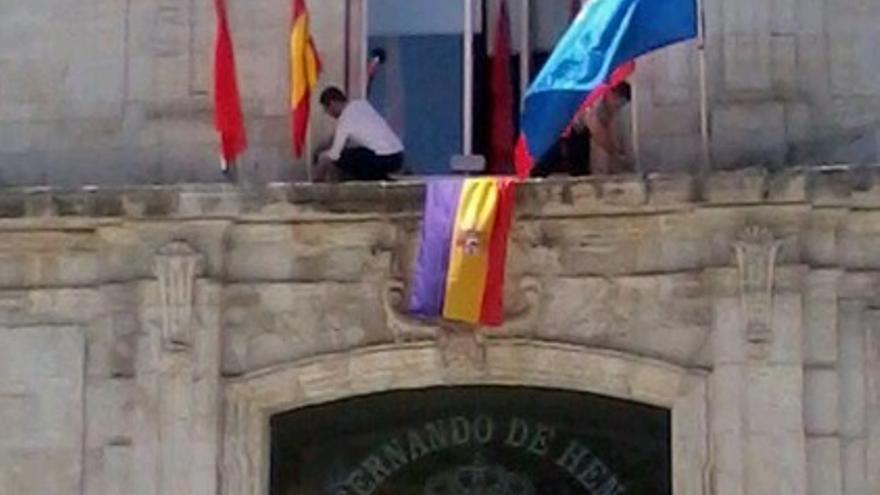 Bandera republicana en el ayuntamiento de San Fernando de Henares / @iraultzabilakae
