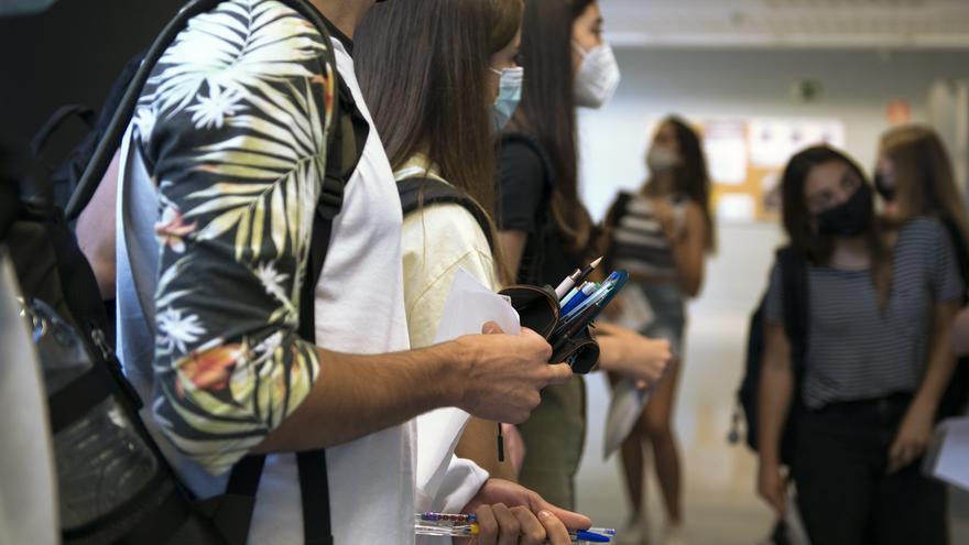 Un grupo de estudiantes entra a un aula para comenzar  los exámenes de selectividad 2021.- Archivo