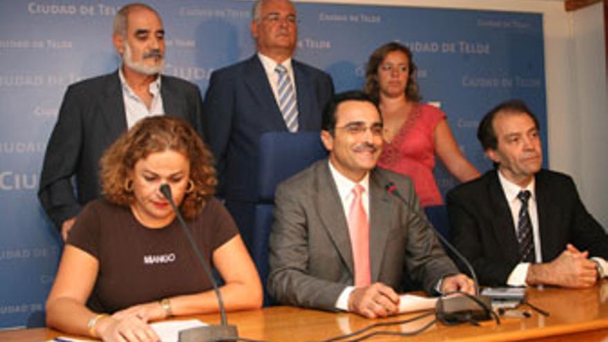 Paco Valido, entre Mari Carmen Castellano y José Suárez, también citados a declarar por el juez. (CANARIAS AHORA)