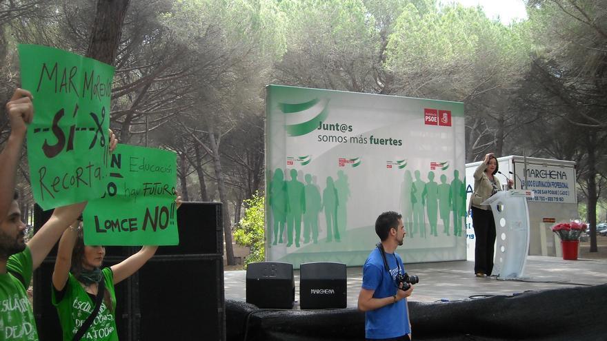 Profesores interinos protestan ante Mar Moreno en el acto del PSOE en San Roque