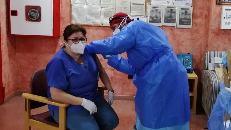 Una trabajadora de la residencia recibe la segunda dosis de la vacuna anti COVID