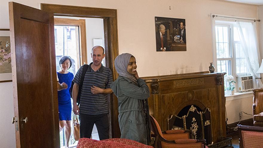 Dos de los refugiados entrando en la primera casa de Trump en Queens