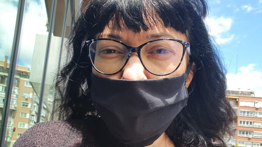 La autora del diario, fotografiada por su hija en la calle.