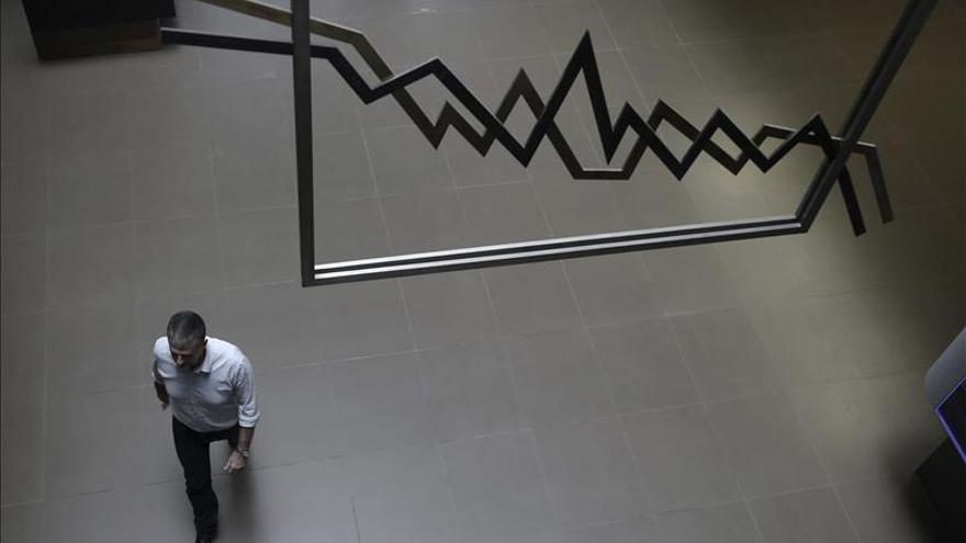 La Bolsa de Atenas se desploma el 22 % tras estar cinco semanas cerrada