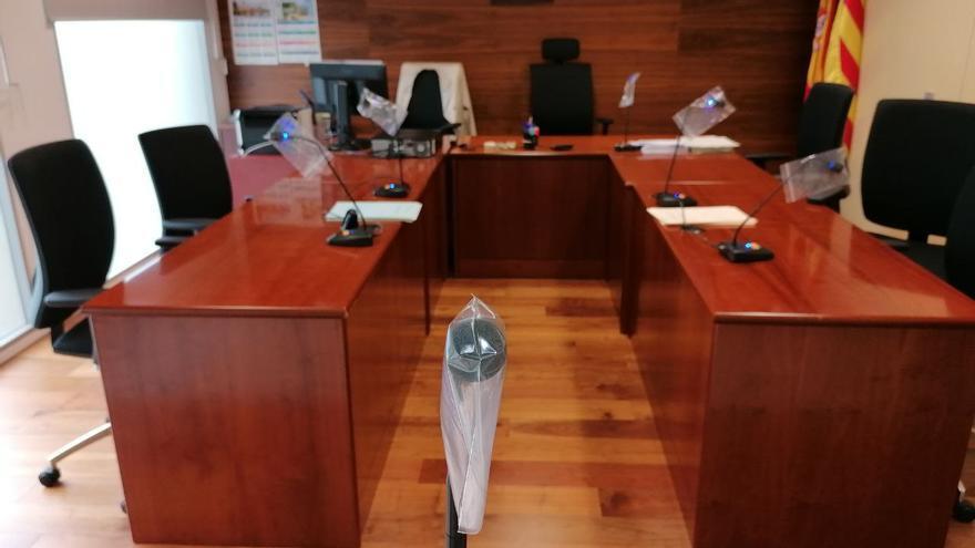 Una sala de vistas de Barcelona, con fundas en los micrófonos contra el coronavirus