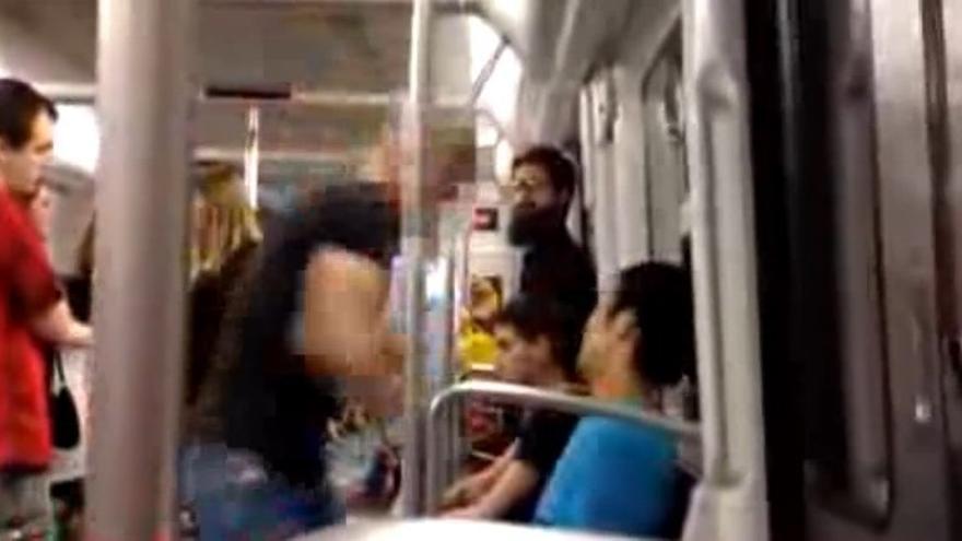 Imagen de la agresión a un joven en el metro de Barcelona