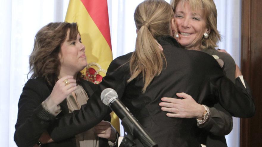 Esperanza Aguirre abraza a Cristina Cifuentes durante el acto de toma de posesión de la delegada del Gobierno en Madrid en 2012. \ Sergio Barrenechea (EFE)