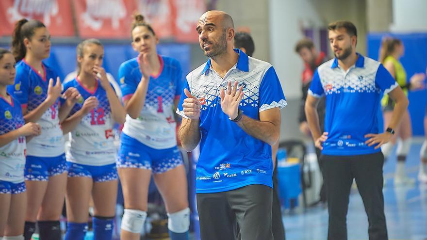Juan Diego García da instrucciones a sus jugadoras