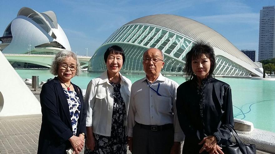 La delegación japonesa del 'Peace Boat' frente a la Ciudad de las Artes y las Ciencias de Valencia