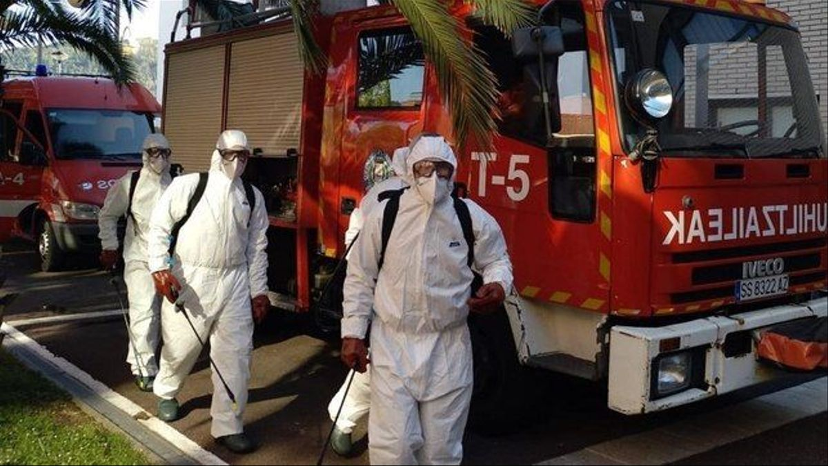 Personal de los Bomberos, desinfectando la residencia Berra de Donostia en la primera ola