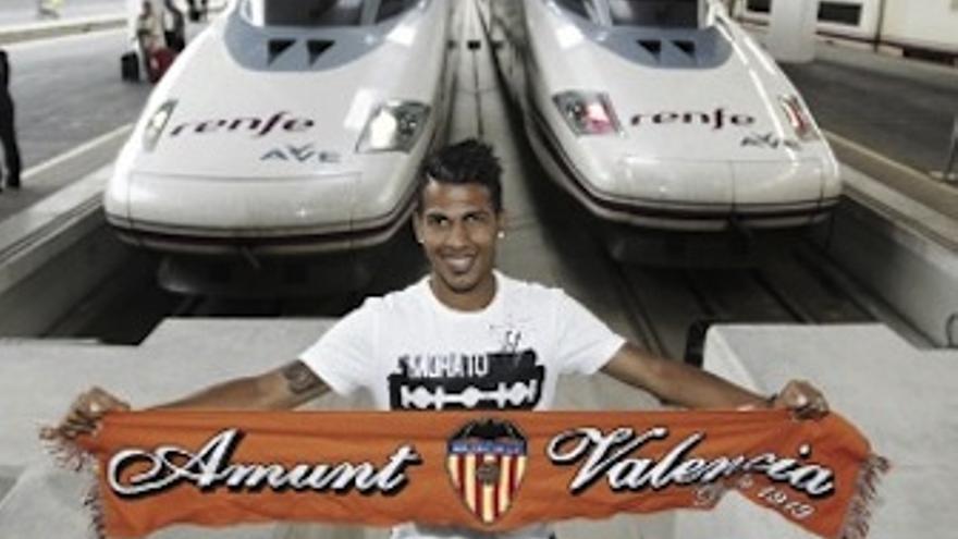 Jonathan Viera posa con la bufanda del Valencia en la estación Joaquín Sorolla. (valenciacf.es)