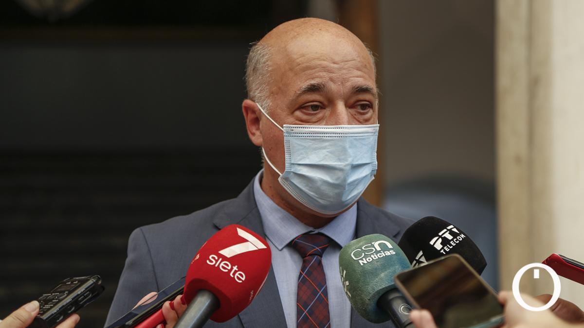 Antonio Ruiz atiende a los medios para hablar sobre las primarias PSOE en Andalucía