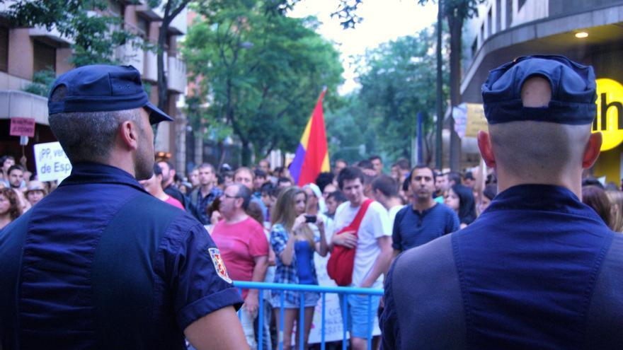 Manifestantes y policías en Génova
