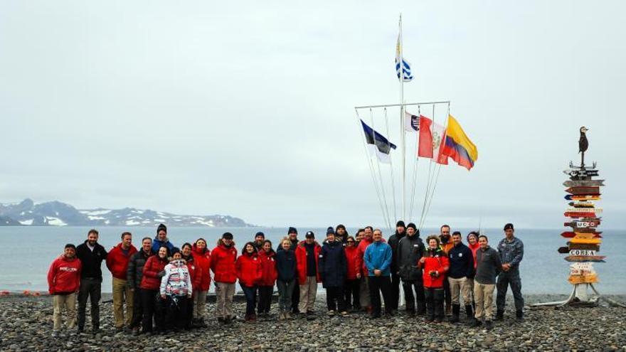 La presidenta de Estonia, Kersti Kaljulaid, posa junto a la dotación de la Base Científica Antártica Artigas junto a un grupo de turistas el pasado 23 de enero, en la Isla Rey Jorge (Antártida).