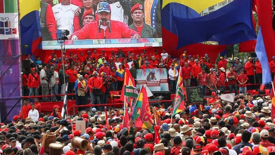 Una fiesta roja en Caracas defiende a Maduro ante supuestos planes golpistas