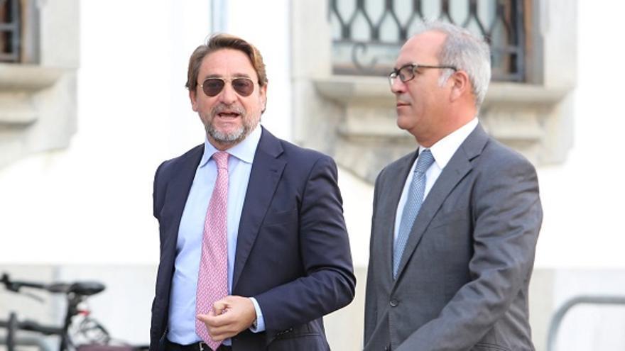 El juez Salvador Alba, junto a uno de sus abogados, antes de declarar en el TSJC. (ALEJANDRO RAMOS).