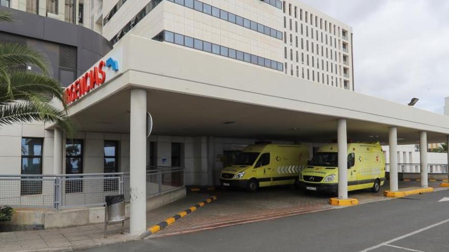Varias ambulancias en la entrada de Urgencias del Hospital Insular de Gran Canaria.